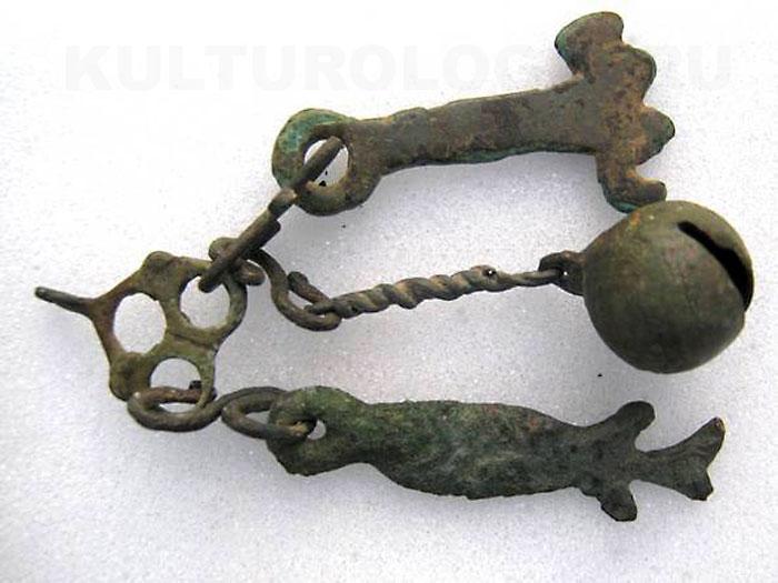 Связка славянских амулетов: ключ, бубенчик, рыба.