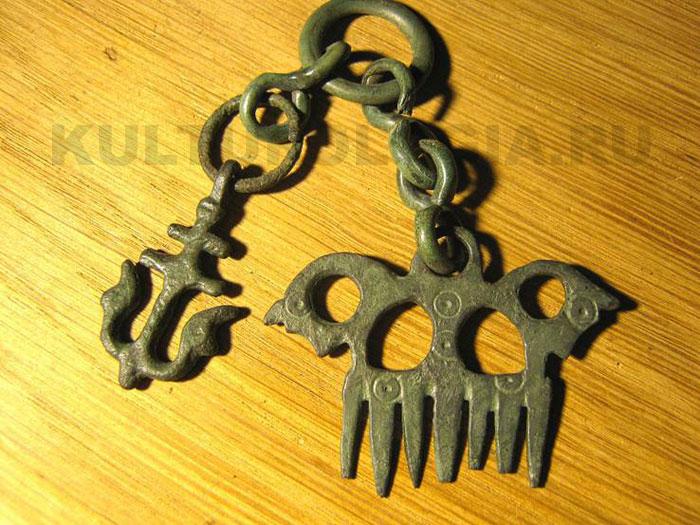 Славянские амулеты: гребень с головами коньков, процветший крест.