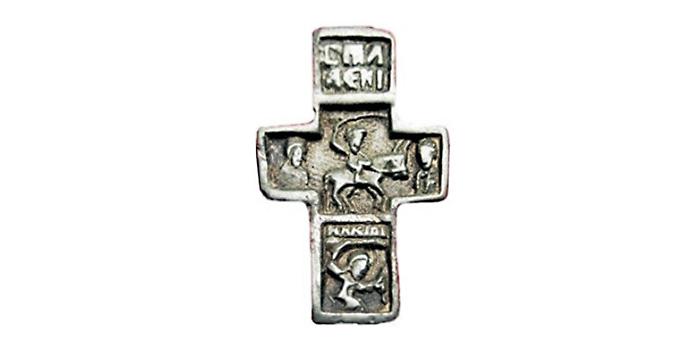 Надпись вверху креста поясняет кто изображен в средокрестии - святой Алексий митрополит Московский.