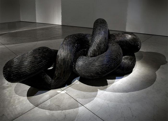 Фантастические скульптуры из перьев, созданные Kate MccGuire