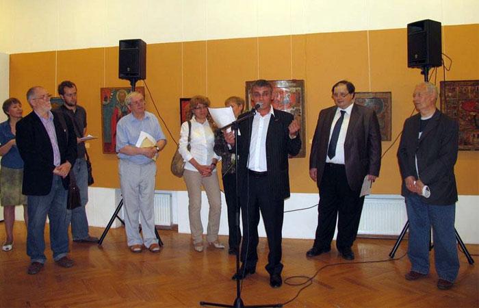 Александр Ильин выступает перед посетителями выставки, научными сотрудниками и специалистами.