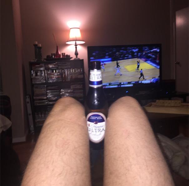 Алко-селфи с эротичными ножками