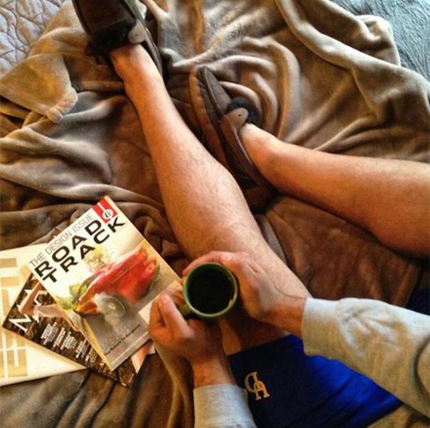 Ножки, кофе и постель - вид сверху
