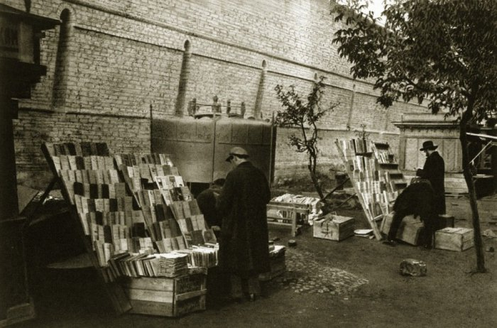 Книжные развалы у кремлевских стен.