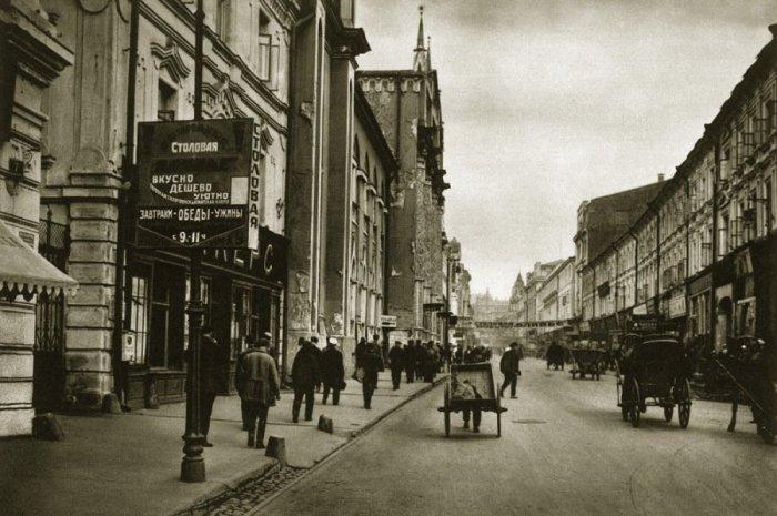 Никольская улица сейчас стала пешеходной.