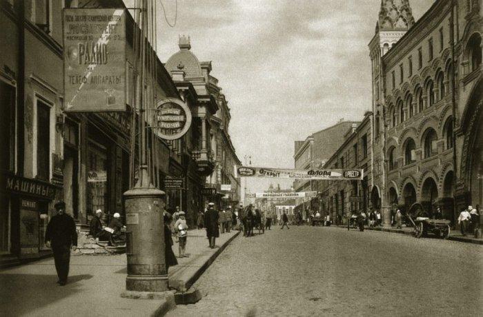 Тверская улица в районе Камергерского переулка.