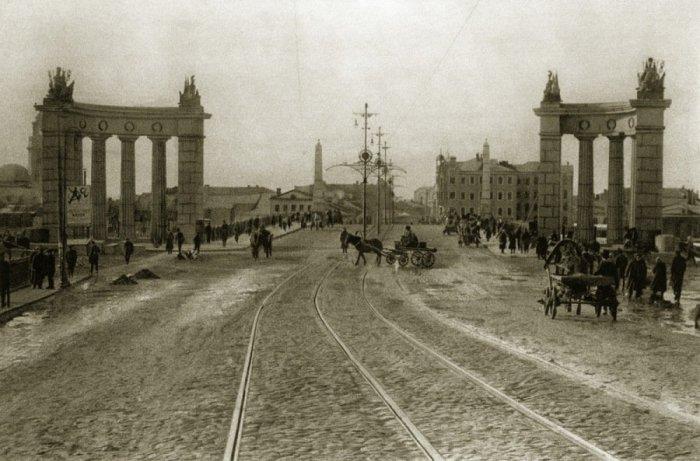 Еще не расширенный Бородинский мост с изящными столбами для трамвайных проводов.