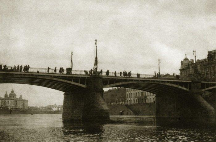Старый Москворецкий мост с острыми ледорубами на опорах. Ледоходы были обычным явлением каждую весную, и необходимо было оберегать мосты от больших льдин.