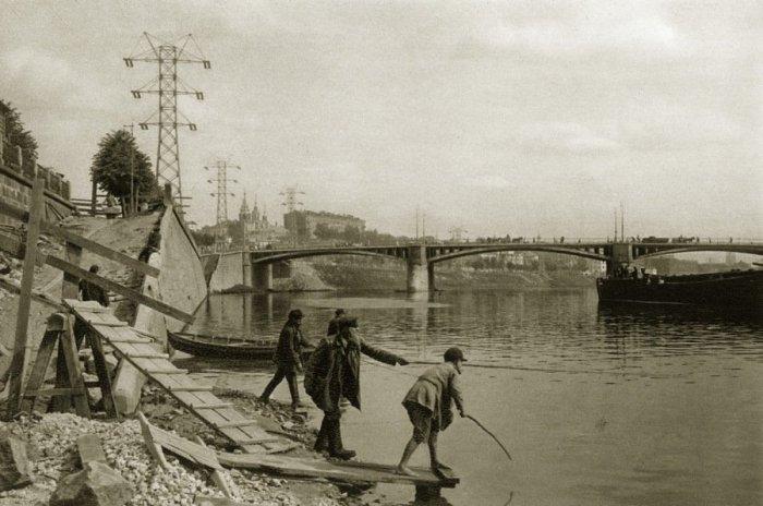 Ловля рыбы в Москве-реке.