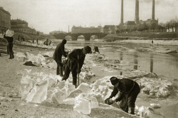 Заготовка льда для ледников.