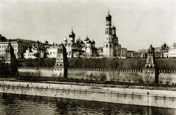 Вид на еще белый Кремль и уютная набережная с аллеей.