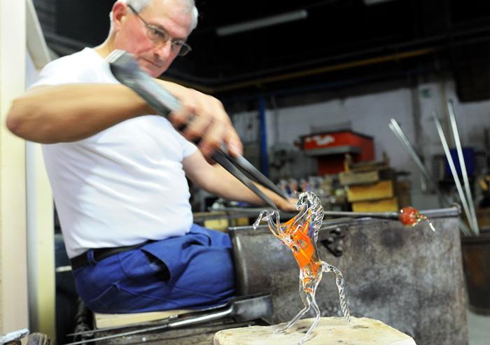 За 2 минуты венецианский мастер создает потрясающую фигурку лошади из расплавленного стекла