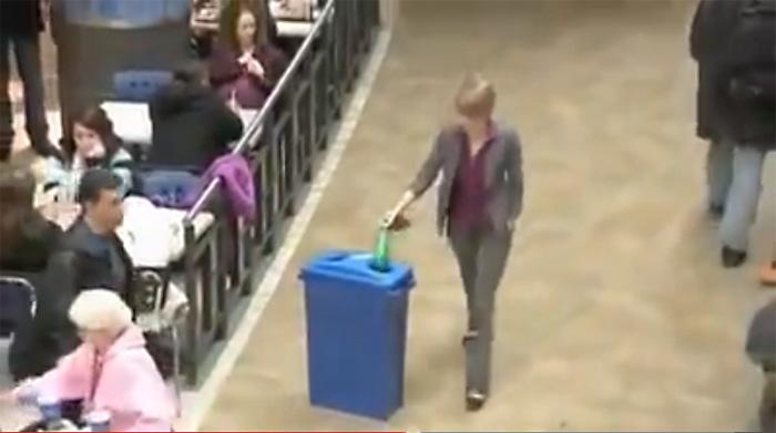 Видео, заряжающее позитивом и добром: она просто хотела выкинуть чужой мусор