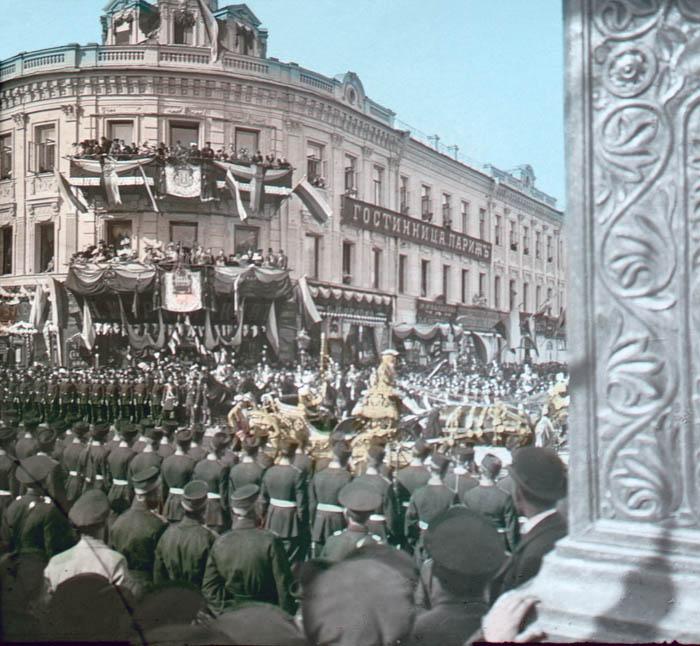 Процессия возле гостиницы Париж на коронации Николая II. Москва, 1896 г.