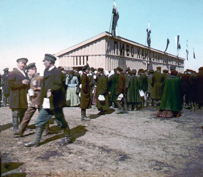 Раздача пива на Ходынском поле во время коронации Николая II 30 мая 1896 года. Москва, 1896 г.