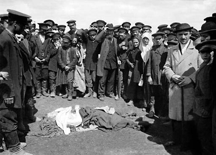 Трагедия на Ходынском поле во время коронации 30 мая 1896 года. В толпе было задавлено примерно 1400 человек. Москва, 1896 г.