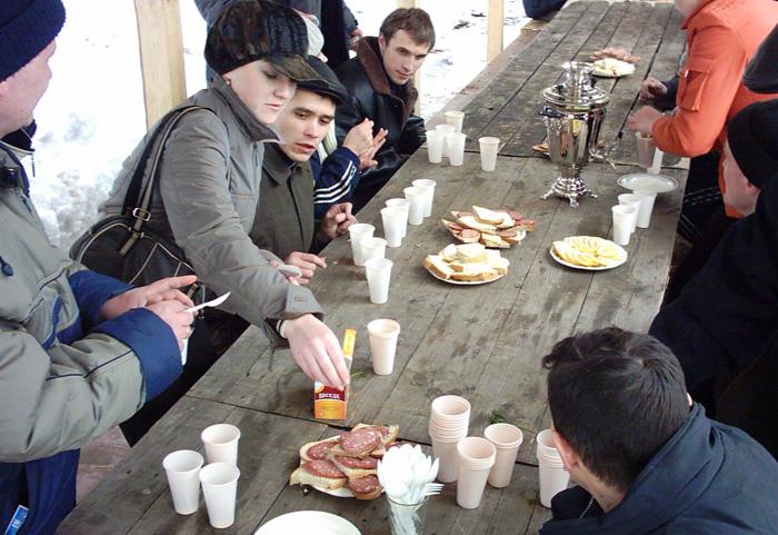 Собираясь за столом для обеда или ужина, русские любят не только поесть, но и поговорить.
