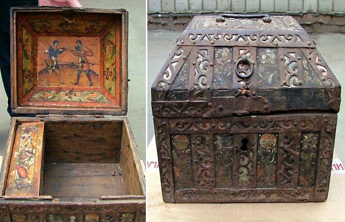 Устюжский ларец XVIII века со сценой кулачного боя на внутренней стороне крышки.