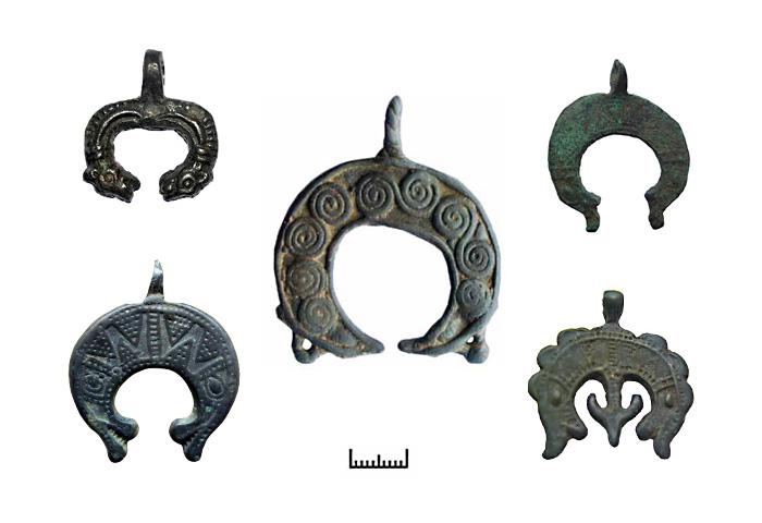 Древние амулеты - лунницы с зооморфными окончаниями.