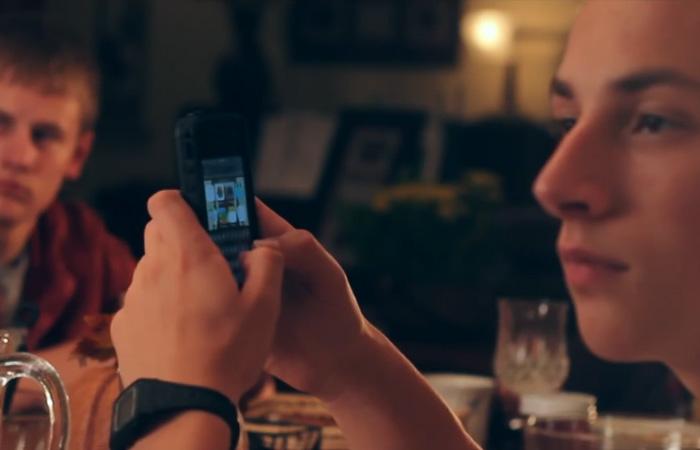 Как заставить ребенка оставить мобильный телефон во время семейного ужина.