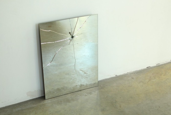 Зеркало с гвоздем от Lennart Van Uffelen.