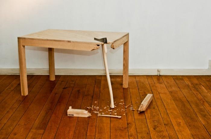 Необычный стол с топором от Lennart Van Uffelen.