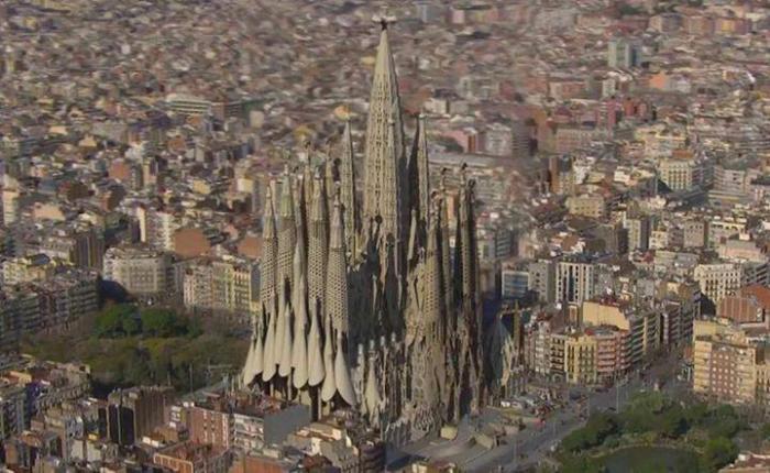 Возможно, Собор Святого семейства в Барселоне будет выглядеть так в 2026 году.