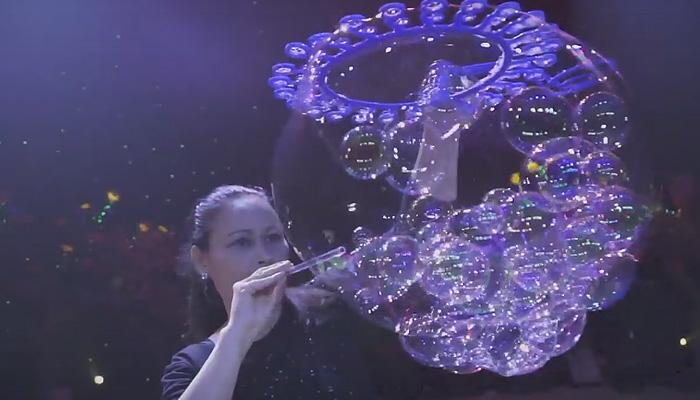 Повелительница волшебных пузырей Ана Янг.