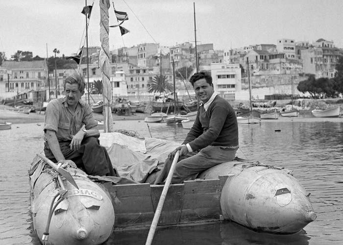 Ален Бомбар (справа) на своей лодке «Еретик»