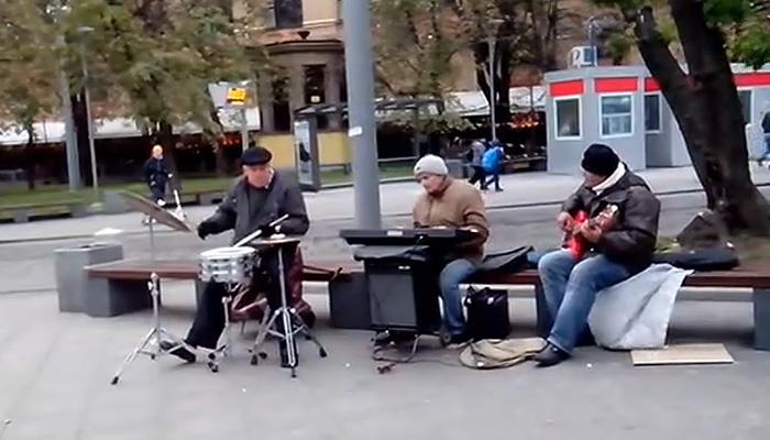 Уличные музыканты играют ДДТ.