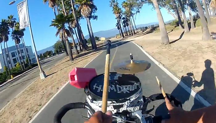 Вело-барабанная установка помогает парню устраивать выездные джемы и приобретать новых друзей.