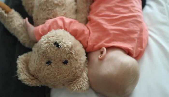 4 способа уложить ребенка спать.