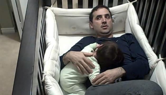Папа пытается уложить ребенка.