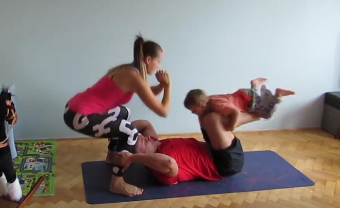 Комплекс упражнений для родителей с маленькими детьми.