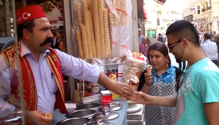 Продавец мороженного троллит покупателей.