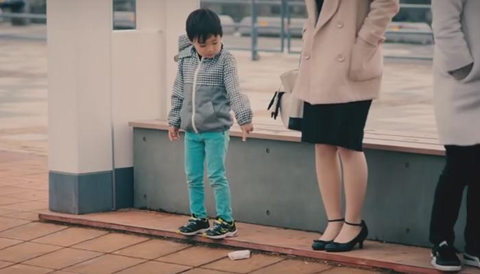 Детки реагируют на оброненные кошельки по-разному.