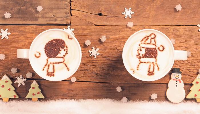 Романтичный ролик, сделанный на чашках с латте.