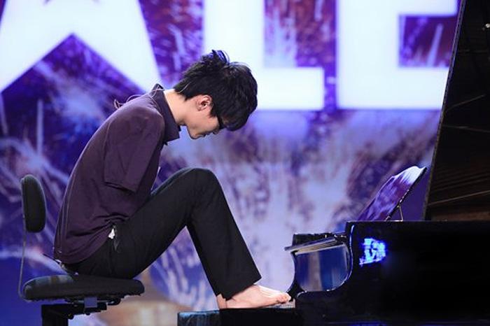 Лю Вэй - пианист, который играет ногами.