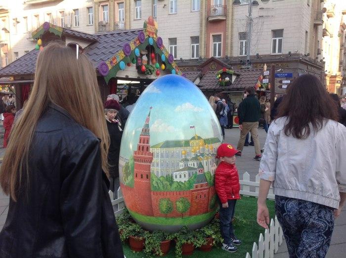 Один из интересных атрибутов украшения столицы в дни Пасхальных гуляний - декоративные яйца с различными изображениями.