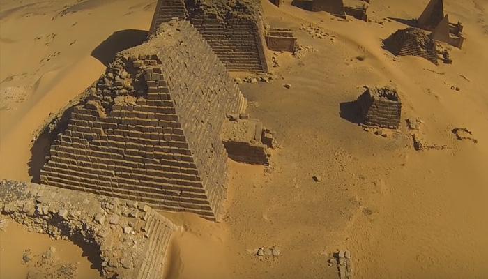 Нубийские пирамиды с необычного ракурса.