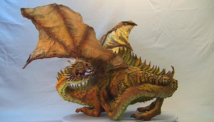 Потрясающий детально проработанный дракон из папье-маше.