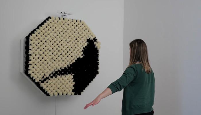Инсталляция из меховых помпонов, которая «реагирует» на движение.