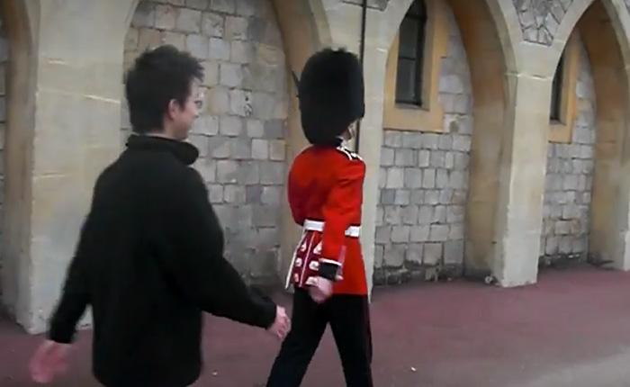 Не пытайтесь привлечь внимание Гвардейца Королевской Гвардии Ее Величества.