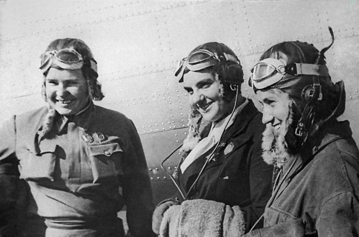 П.Д. Осипенко, В.С. Гризодубова, М.М. Раскова перед рекордным полетом