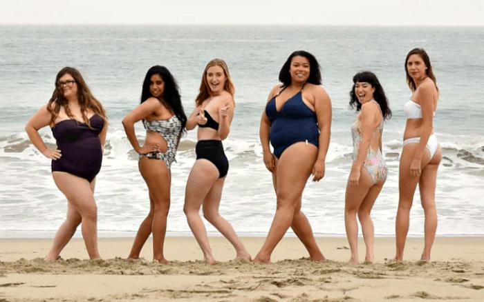 Простые женщины надели купальники Victoria's Secret.
