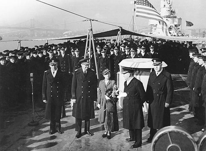 Во время войны Митчел работала в «Красном Кресте». На фото - визит на военный корабль в 1941 г.