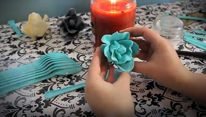 Как своими руками сделать розочку из пластиковых ложек.