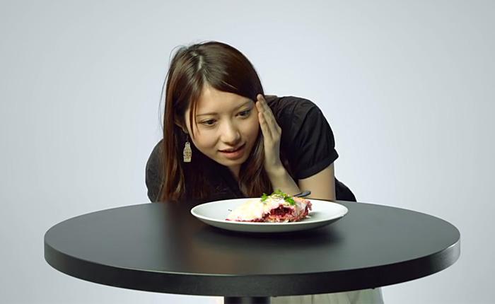 Японцам предложили попробовать российские суши и селедку под шубой.