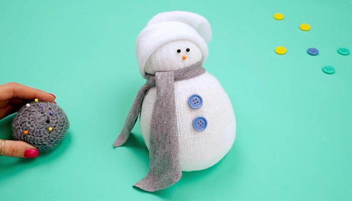 Обаятельный снеговик из носка.