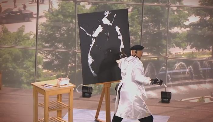 Скоростной художник рисует совершенно загадочную картину.